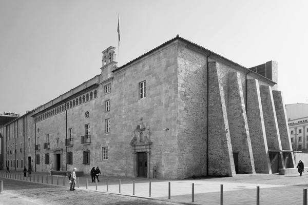 Façana principal de l'Antic Hospital de Santa Caterina