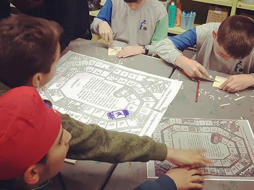 alumnes jugant al joc de l'oca