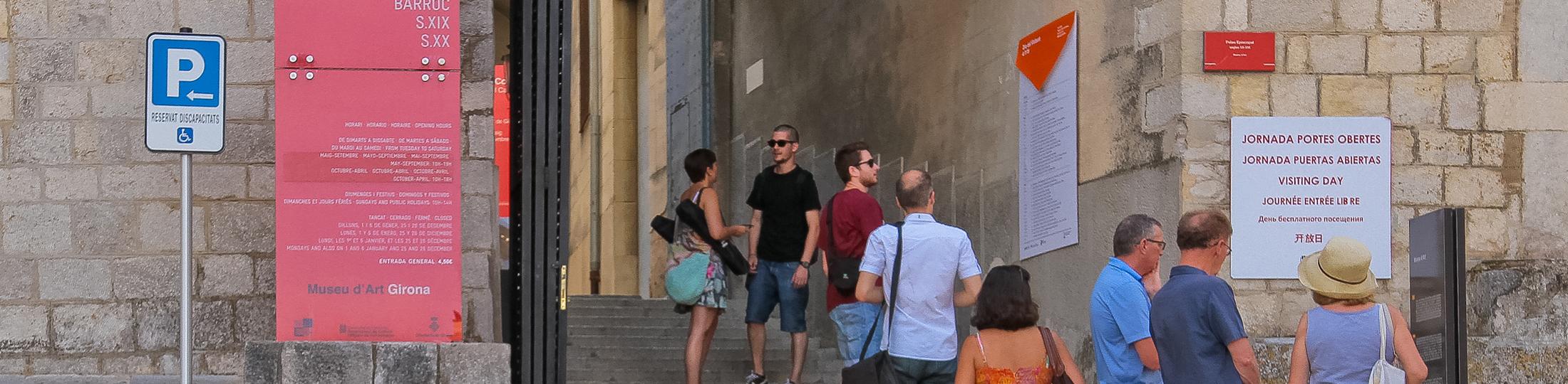 Visitants a l\'entrada del Museu