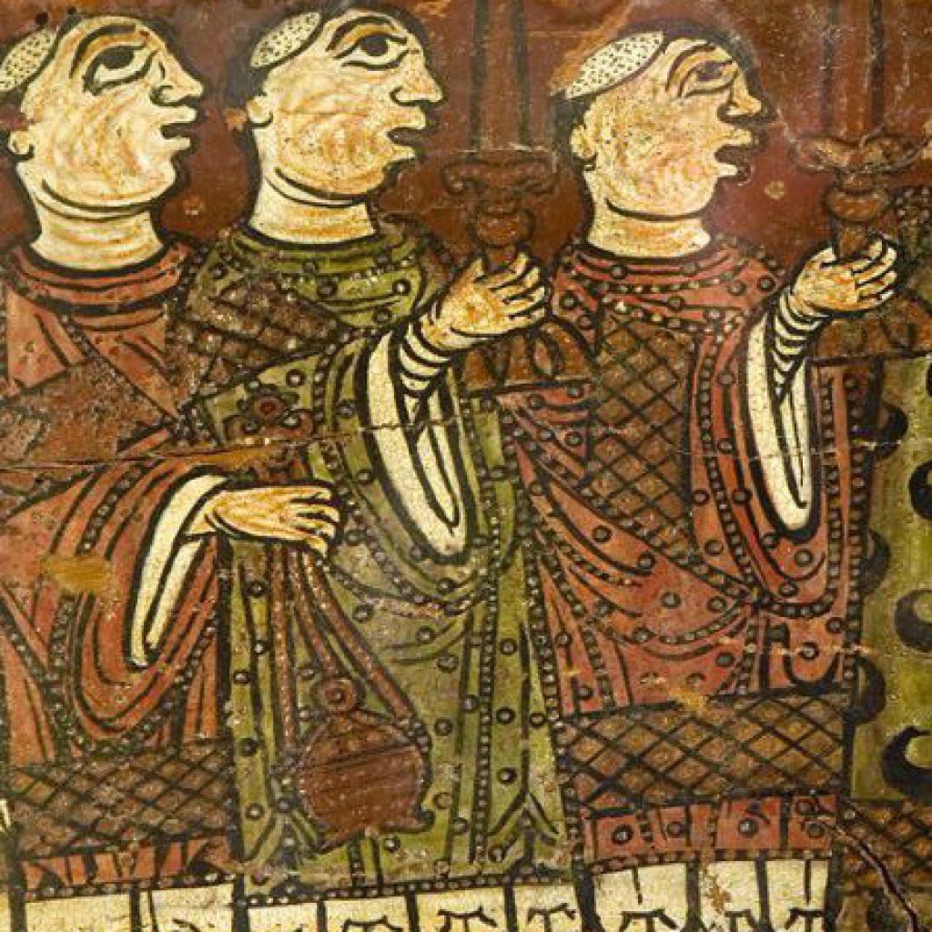 Detall de la Biga de Cruïlles amb tres personatges de perfil