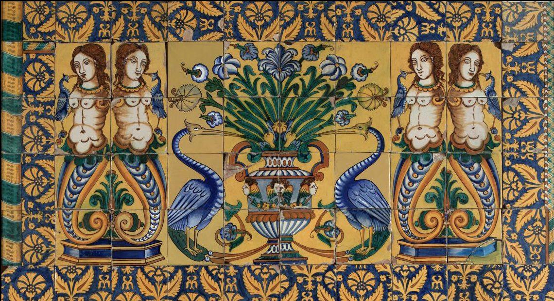 Rajoles policromades amb motius florals, un gerro, dos ocells i dues sirenes