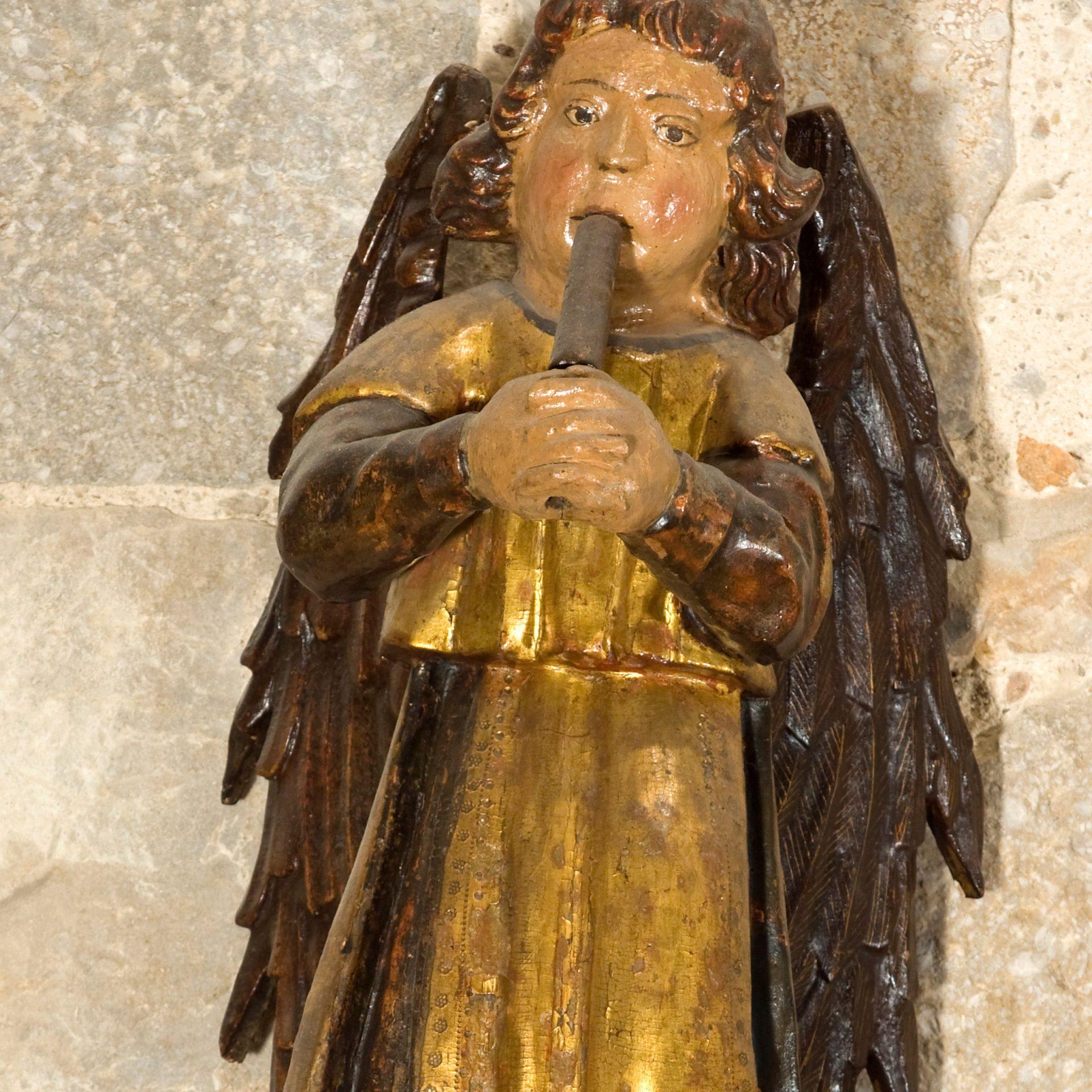 Àngel de fusta policromada tocant un instrument