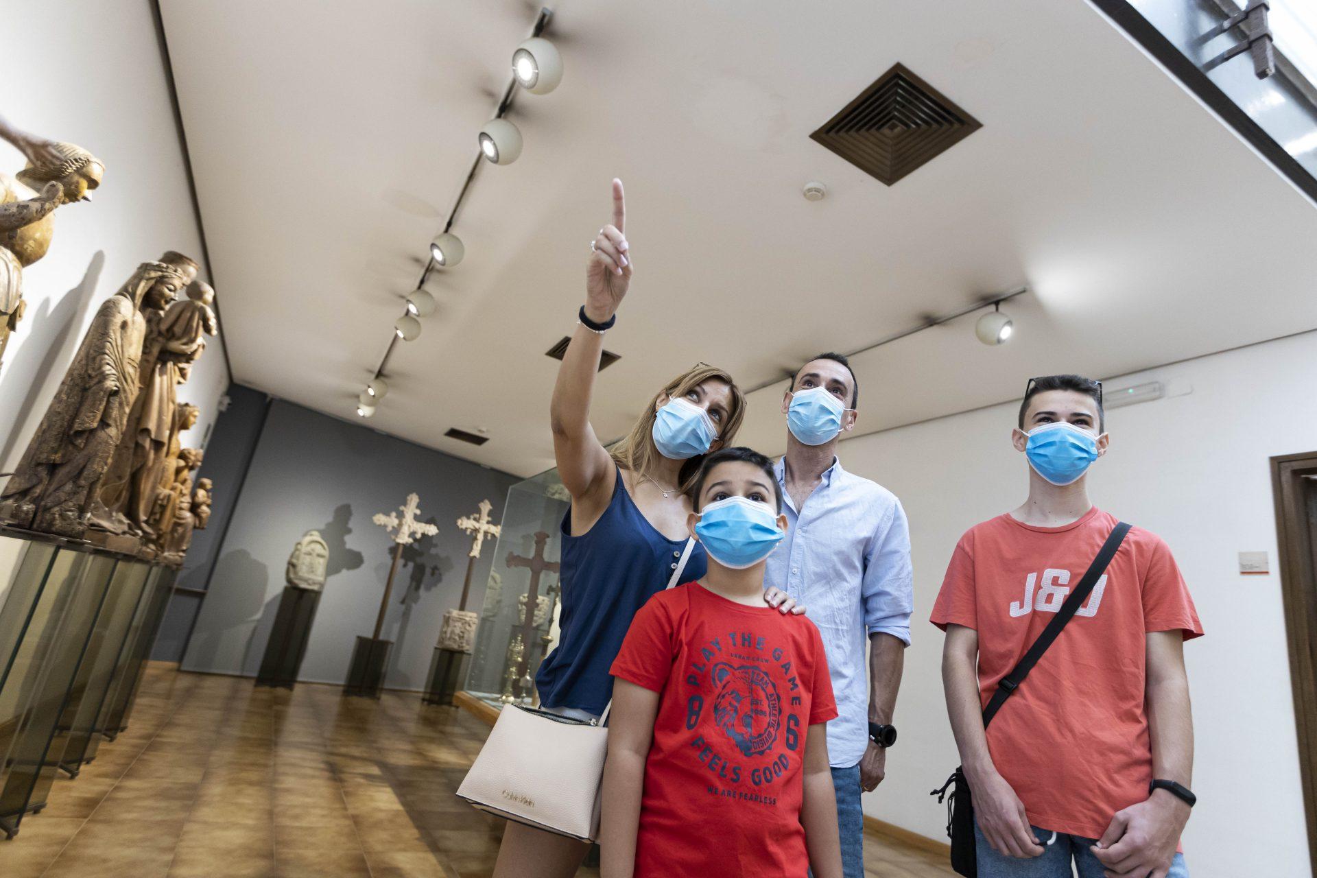 Visitants amb mascareta entren a una sala del Museu