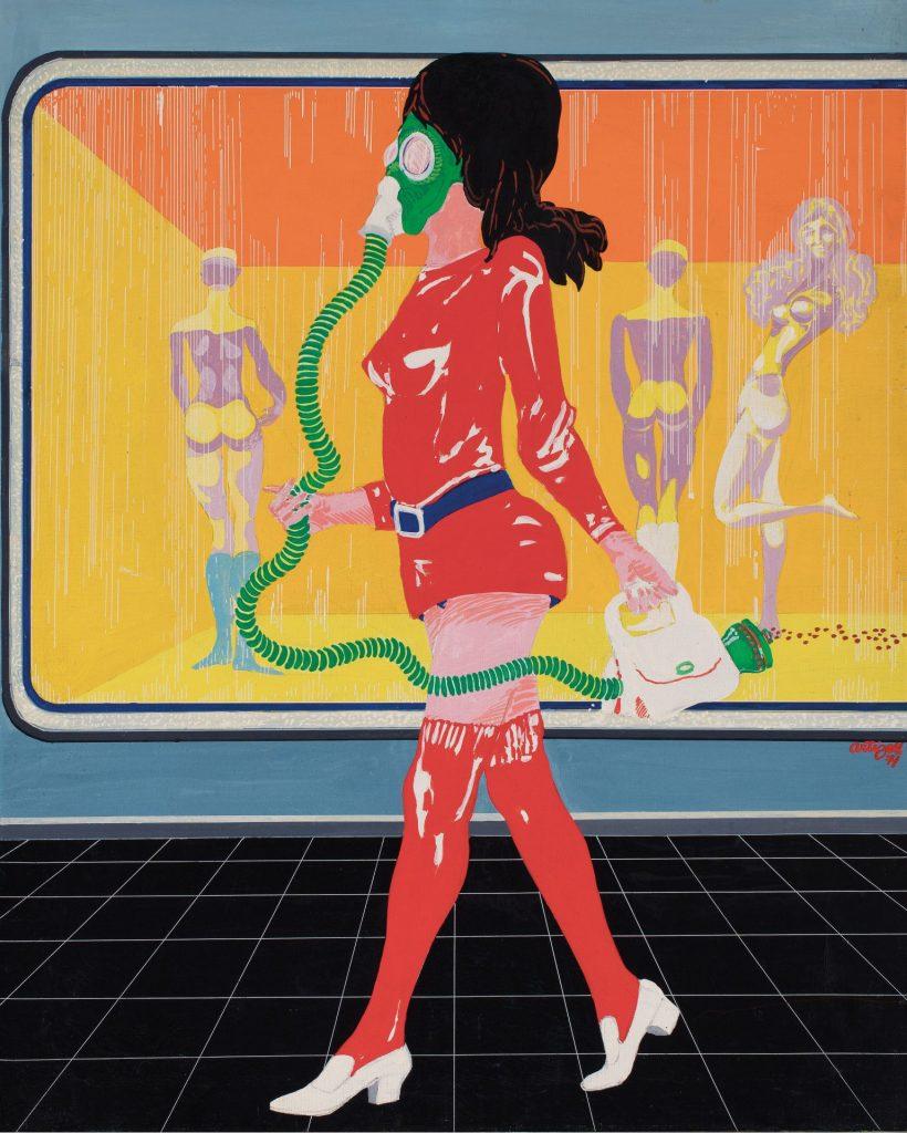 dona passejant davant un aparadors d'una botiga, amb una mascareta de gas a la cara